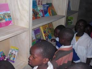 Schulkinder bei der Eröffnung des Lernzentrums