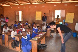 Auch Zahnhygiene gehört zum Bildungsverständnis von Inga Vockenroth, die in der Dorfschule in Akumalam eine Lehrstunde zu dem Thema gab.